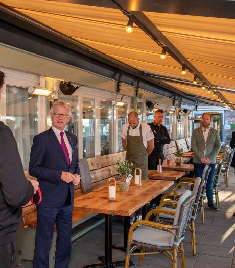 Lockdown of niet, commissaris Berends houdt woord en opent restaurant in Harderwijk