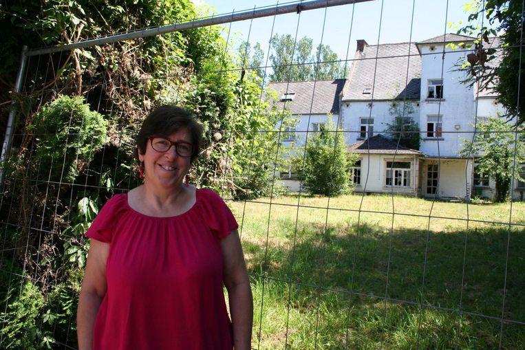 Karin Struyf aan het voormalige rusthuis, dat nu eindelijk omgebouwd kan worden tot sociale appartementen.