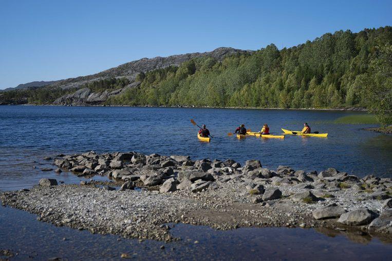 Kajakkers op het Vatnvatnet meer net buiten het stadje Bodø waar de vermiste Nederlandse cybersecurityspecialist Arjen Kamphuis eind augustus gesignaleerd werd.