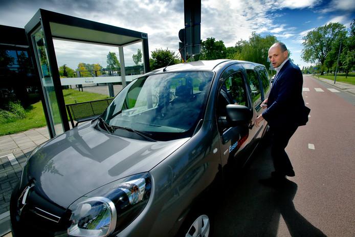 Wethouder Rik van der Linden was in mei nog razend enthousiast over het elektrische busje.