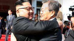 Verrassende ontmoeting: Kim Jong-un en Zuid-Koraanse president knuffelen elkaar bij tweede afspraak