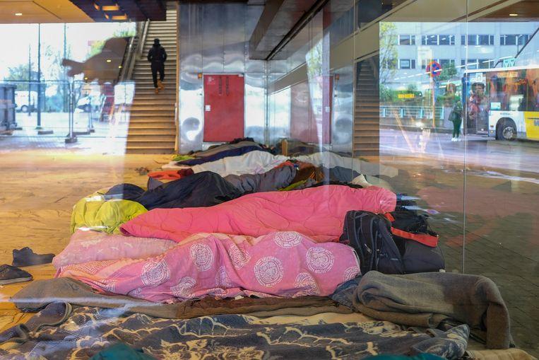 Mensen in slaapzakken, vlak naast de bushaltes: het blijft een vreemde combinatie.