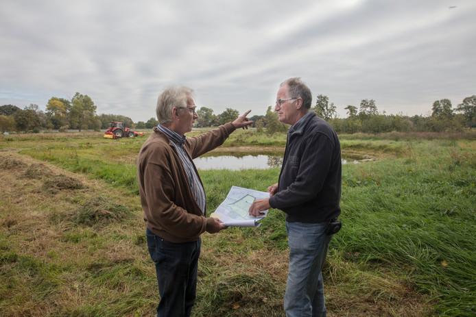 Gerrit Post (links) en Henk van der Velden bij de Aarlese Beemden.