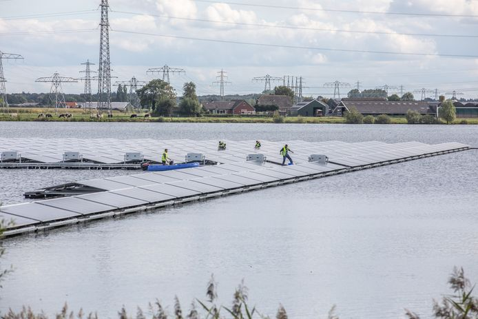 Aanleg drijvend zonnepark in de Sekdoornplas in Zwolle.