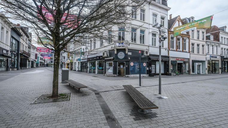 Het kruispunt van de Lange en Korte Steenstraat, aan ijssalon Frederic's, waar op elke werkdag een lange rij mensen staat aan te schuiven.