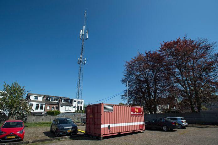 De tijdelijke zendmast achter de Generaal Maczekstraat in Breda. In de container zit een dieselaggregaat.