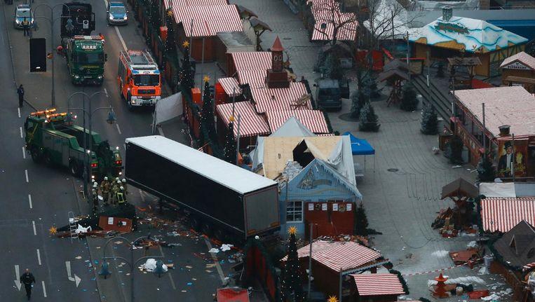 De vrachtwagen die maandagavond op de kerstmarkt op de Breitscheidplatz inreed wordt weggesleept. Beeld afp
