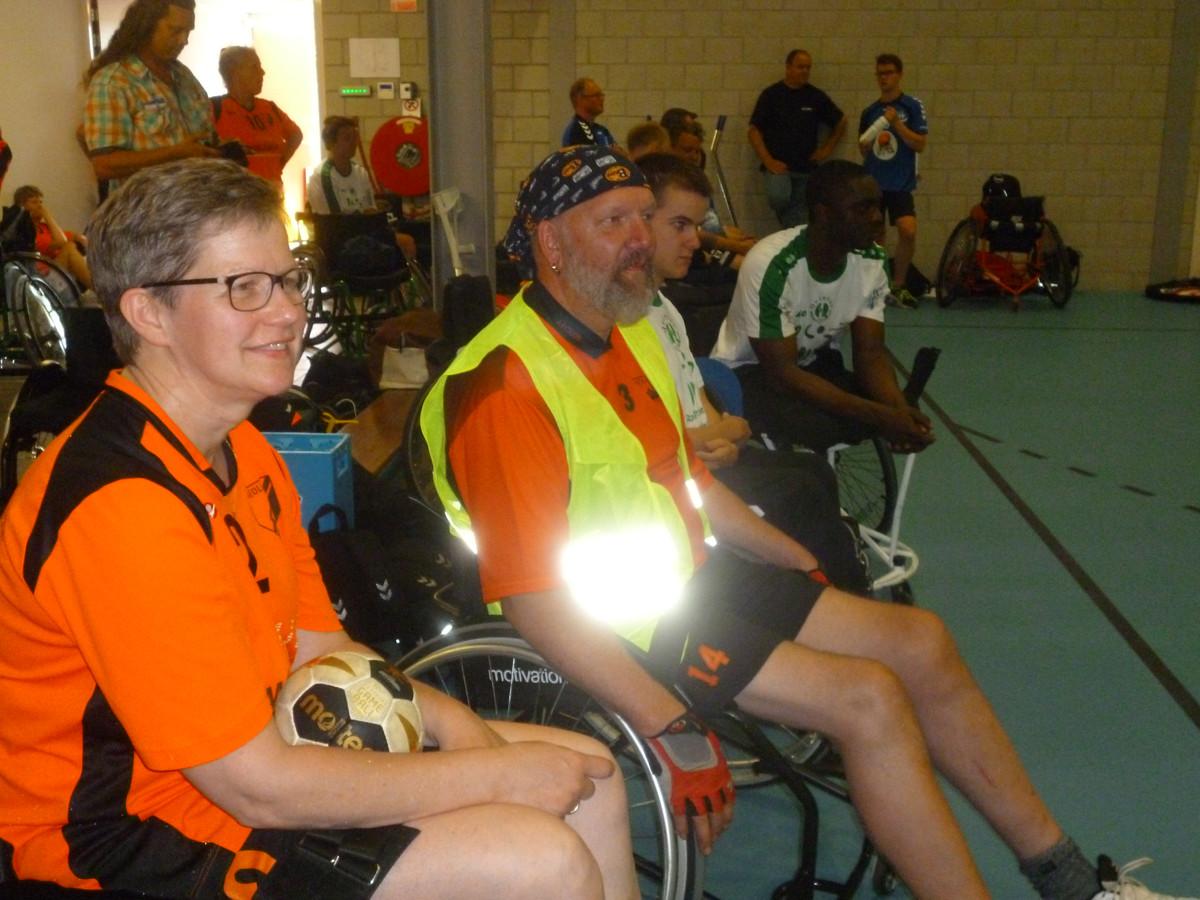 Toeschouwers bij een rolstoelhandbalwedstrijd.