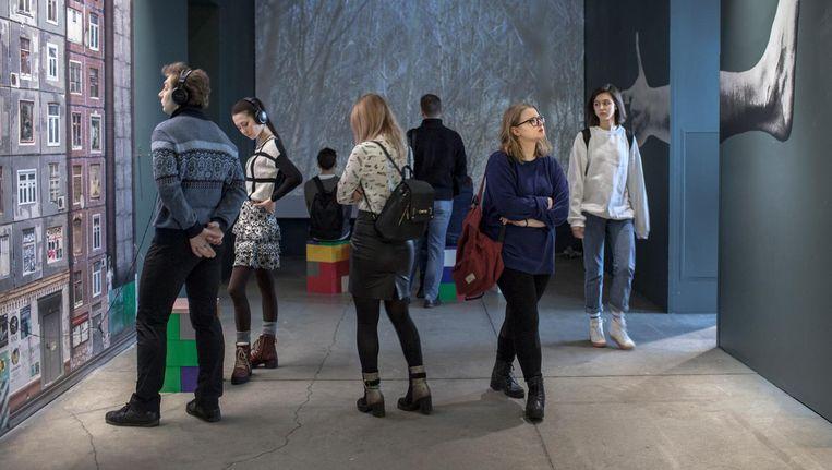 Bezoekers van de multimedia-expositie over Sigmund Freud. Beeld Emile Ducke