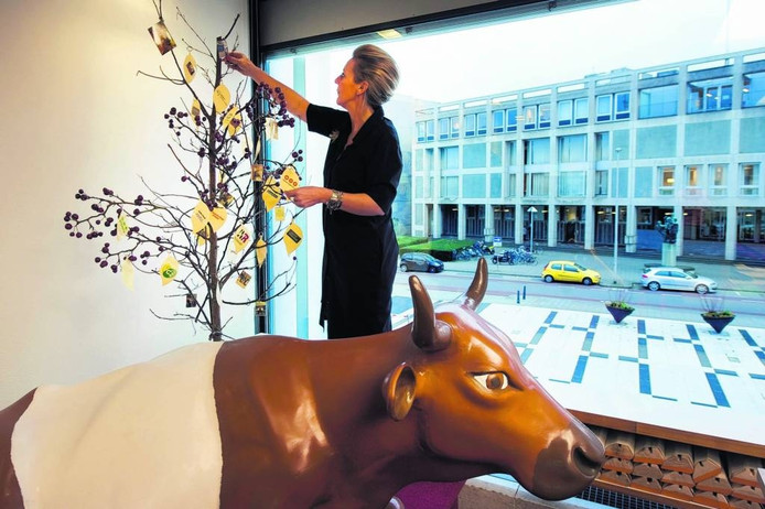 Wethouder Van Burgsteden bij het begin van de banenjacht in 2015 met haar 'boom vol werkgevers'. Foto Marina Popova