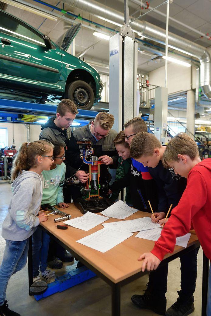 Studenten van het Munnikenheide College in Etten-Leur staan voor even in de schoenen van een docent. Ze geven technieklessen aan groep 8 van basisschool De Toverlaars. De twee scholen werken samen voor beter techniekonderwijs.