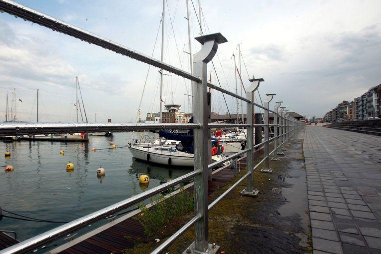 De nieuwe balustrade zou de veiligheid op de Visserskaai moeten verhogen.
