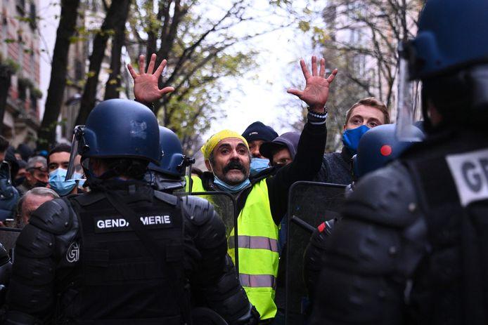 Des gilets jaunes participent aux protestations de ce samedi à travers la France. Premières tensions à Paris, ce samedi