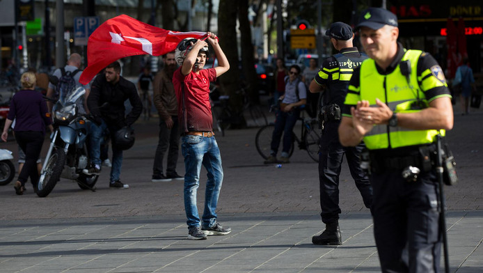 Pro-Edrogan-demonstrant in Rotterdam.