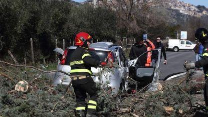 """Dodelijke storm in Italië: """"Tiener (14) sterft nadat vader van ladder wordt geblazen en op hem valt"""""""
