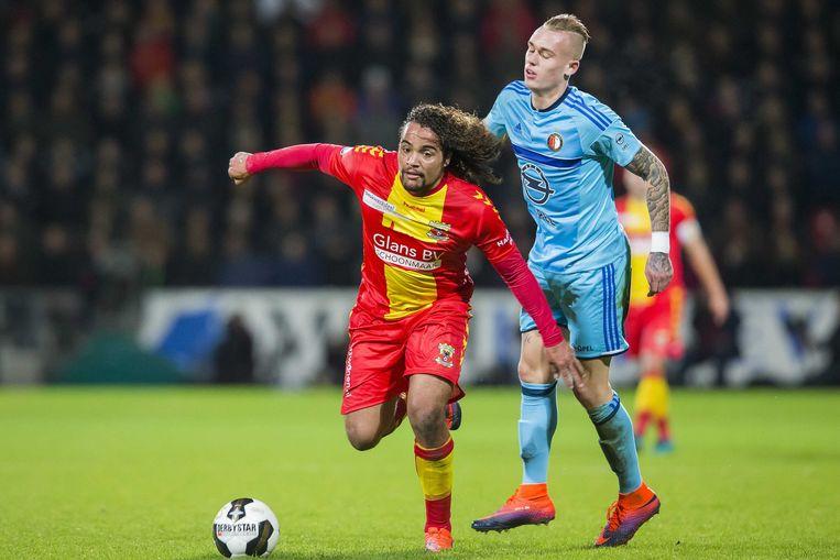 Karsdorp moet Teijsse (l) van Go Ahead Eagles laten gaan.
