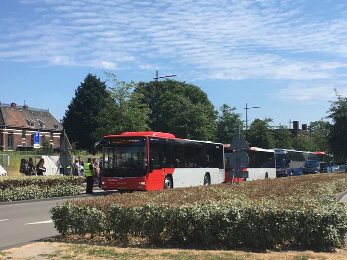 De pendelbussen staan klaar bij Tilburg Centraal