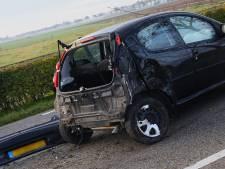 Automobiliste raakt twee bomen in Oijen, wagen flink toegetakeld