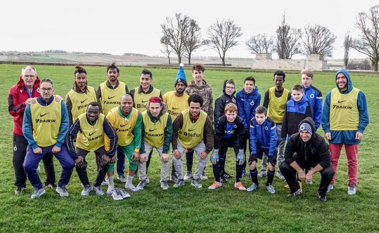 De asielzoekers en G-sporters van Club Brugge poseren voor de groepsfoto.