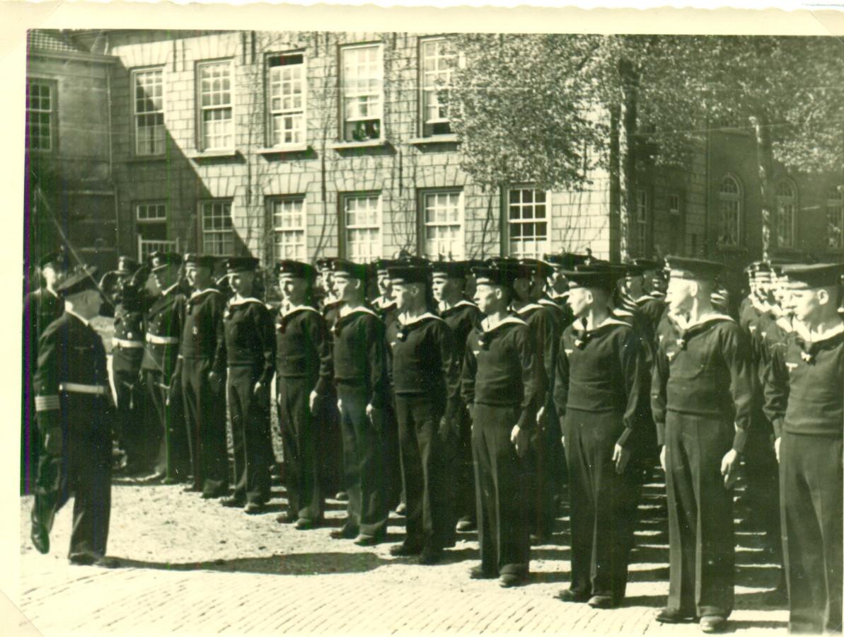 Marinecommandant Breda Von Stockhausen inspecteert de matrozen in opleiding voor de Rekenkamer van de KMA.