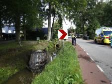 Auto belandt in Oldebroek op de kop in sloot: bemodderde bestuurster mag bij omwonende onder de douche