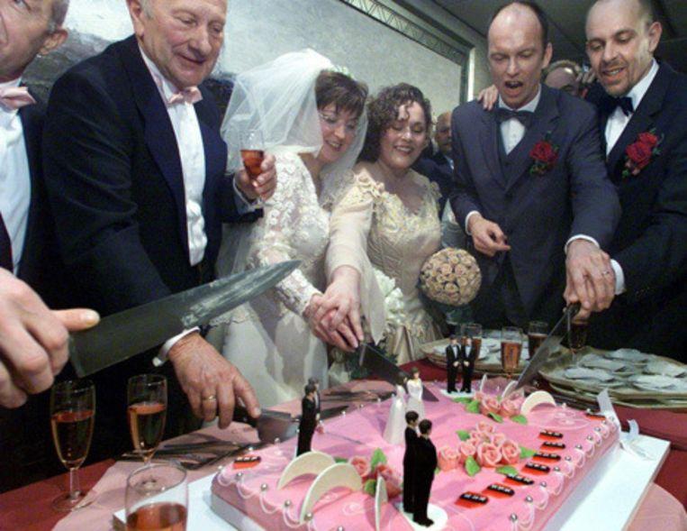 Homo-paren snijden de bruidstaart aan nadat zij officieel in het huwelijk zijn getreden. Burgemeester van Amsterdam Job Cohen huwde in 2001 de vier homo-paren op het stadhuis. Foto © anp Beeld