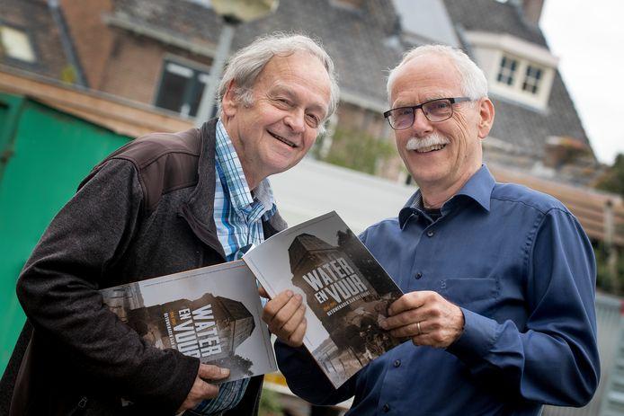 Hervelder Ton Janssen en Louis van de Geijn uit Heteren met hun boekwerk, dat dinsdagavond werd gepresenteeerd en dezer dagen huis-aan-huis in een groot deel van de Midden-Betuwe wordt verspreid.