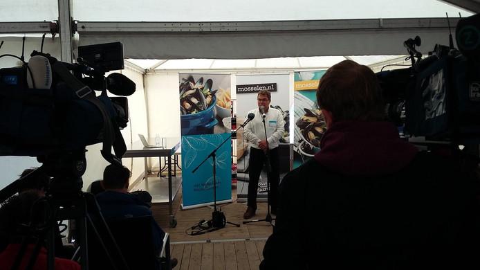 Mosselkweker Cees Otte aan het woord bij de aftrap van het mosselseizoen in Yerseke.