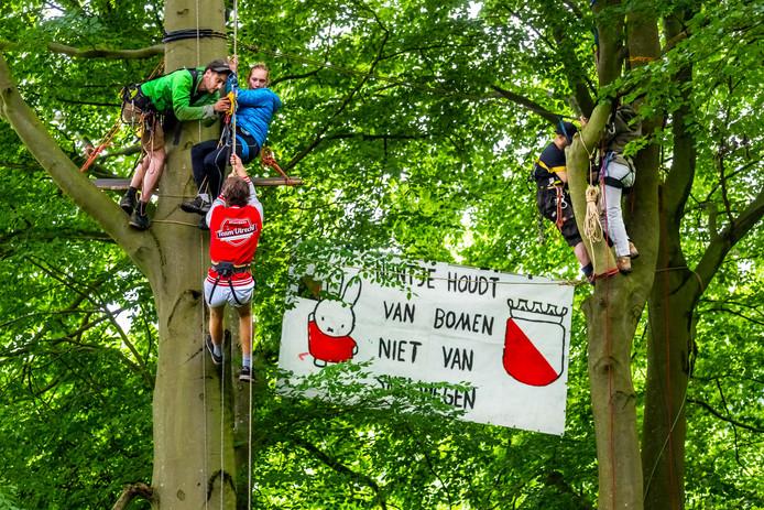 Actiegroep 'Amelisweerd niet Geasfalteerd' in actie in het Markiezenbos in Oud Amelisweerd.