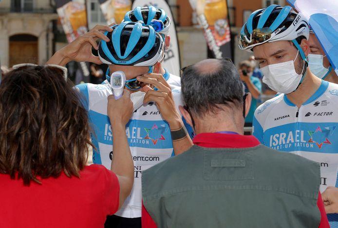 Twee renners van Israel Start-Up worden getest vlak voor de start van eerste etappe van de Ronde van Burgos.