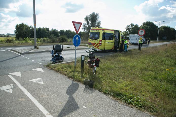 De gewonde vrouw is naar het ziekenhuis vervoerd.