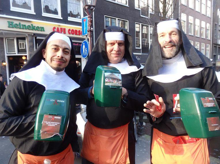 De collecterende nonnen Santiago, Tom Zingt en Wil Groot (vlnr). Allemaal voor weeshuizen in Zuid-Afrika Beeld Schuim