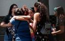 Familieleden van de inzittenden van het vermiste toestel komen samen op de luchtmachtbasis Cerillos in de Chileense hoofdstad Santiago.