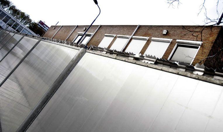 De zwaar beveiligde rechtbank in Amsterdam-Osdorp. De rechter doet vandaag uitspraak in de zaak van de vermoorde kroegbaas Thomas van der Bijl. Foto ANP/Rick Nederstigt Beeld