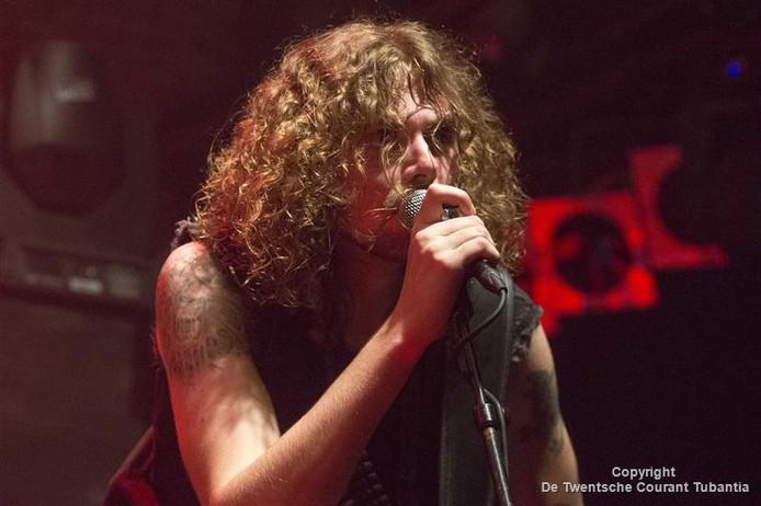 Zanger/gitarist Laurens Houvast van de thrashmetalband Distillator.
