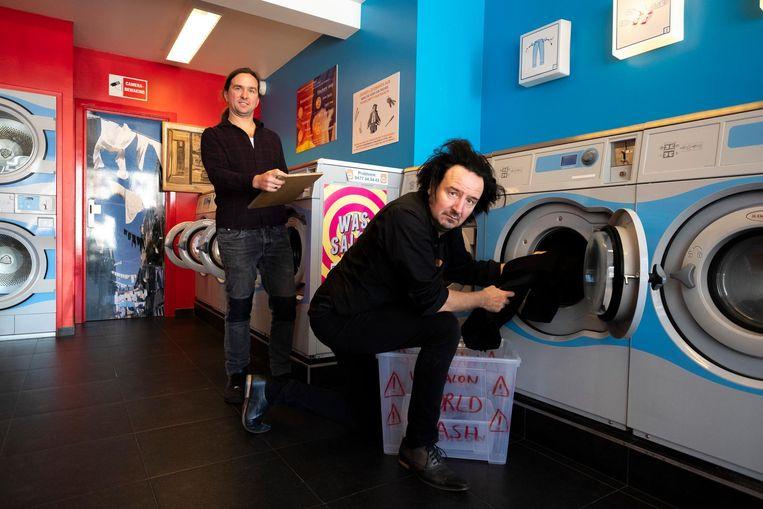 Kunstenaar Tom Clement (l.) maakt kunswerken in wassalon WorldWash, creatieve duizendpoot Vitalski schrijft een gedicht.