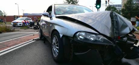 Ravage nadat auto uit de bocht vliegt in Enschede, inzittenden slaan op de vlucht
