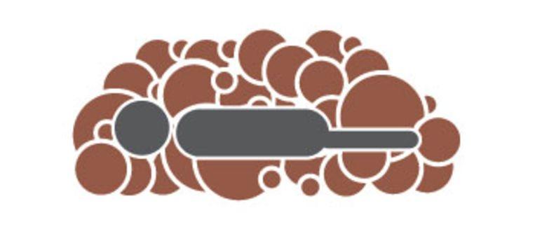 Humusatie fase 1: het lichaam wordt onder een grote stapel van onder meer stro en gemalen bladeren bedekt.