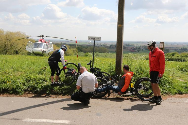 De handbiker kwam tegen een elektriciteitspaal terecht en liep een gapende hoofdwonde op.