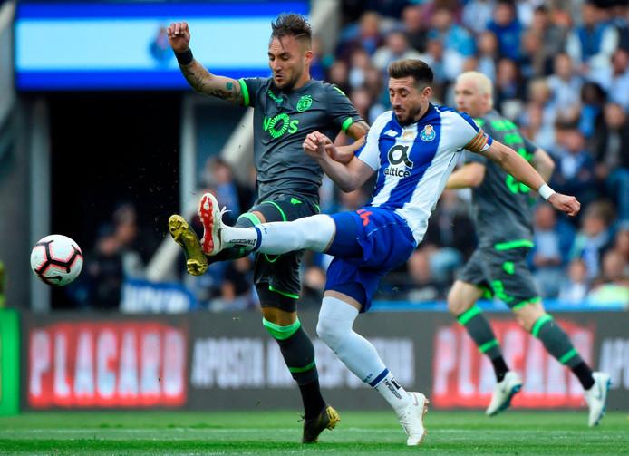 Héctor Herrera in duel met Nemanja Gudelj tijdens FC Porto - Sporting afgelopen zaterdag.