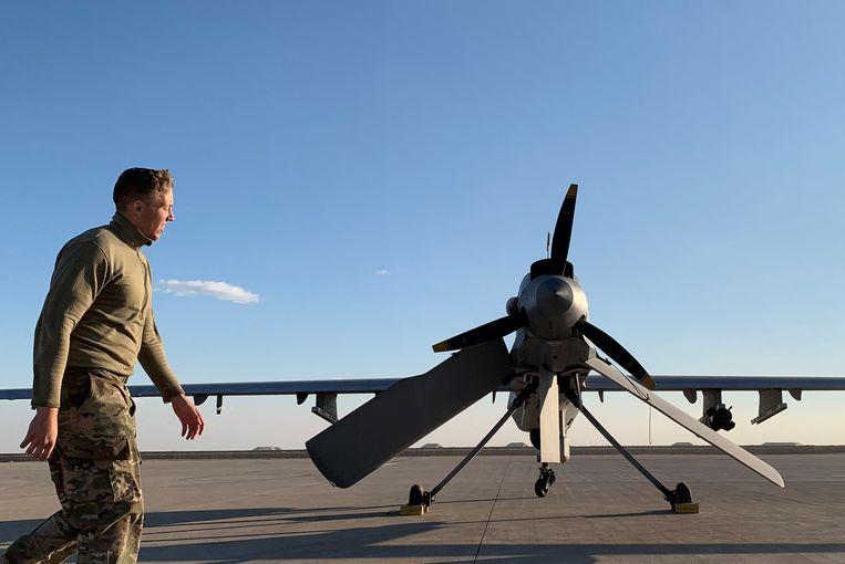 Een Amerikaanse soldaat wandelt voorbij een drone op de Ain al-Asad-luchtmachtbasis in Irak.
