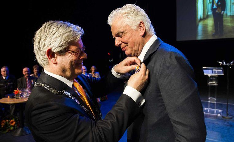 Jan Slagter tijdens zijn benoeming tot Officier in de Orde van Oranje-Nassau. De directeur van Omroep Max ontving het lintje uit handen van burgemeester Charlie Aptroot. Beeld null