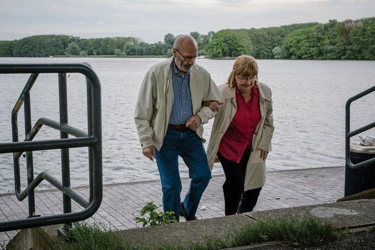 Thuiszorg komt er niet meer in. Hoe belastend ook, Henri (80) zorgt liever alleen voor Roos (78). Beeld Marc Driessen