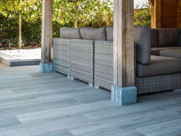 Keramische terrastegels zijn erg onderhoudsvriendelijk en beschikbaar in tal van uitvoeringen en afmetingen.