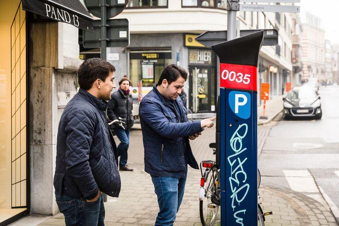 De nieuwste parkeerautomaten aanvaarden geen cash geld meer, zoals hier in Gent.