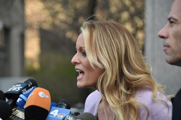Pornoster Stormy Daniels met haar advocaat Michael Avenatti.