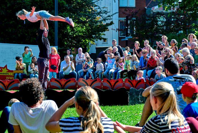Bij het circus mag ook het publiek meedoen, zoals dit meisje dat de lucht in gaat.