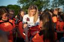 Estavana Polman deelt tientallen handtekeningen uit aan de meiden van de handbalvereniging in Angeren.