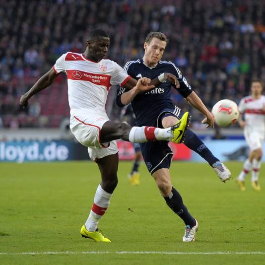 Antonio Rüdiger (l) in duel met Marcel Janssen van HSV.