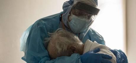 La photo poignante d'un médecin qui console un patient souffrant du coronavirus le jour de Thanksgiving
